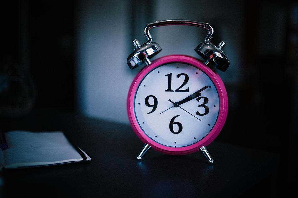 興信所に浮気調査の依頼をする前に、妻の浮気の兆候を知るためには仕事からの帰りが以前と比べて遅くなったかどうかを調べましょう。浮気をしている人と言うのは、仕事が終わった後に浮気相手と会っているものです。